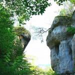 Burgruine Steinamwasser - Der ehemalige Zugang zur Burg ging vom Felsen auf der linken Seite über eine Zugbrücke zur rechten Seite