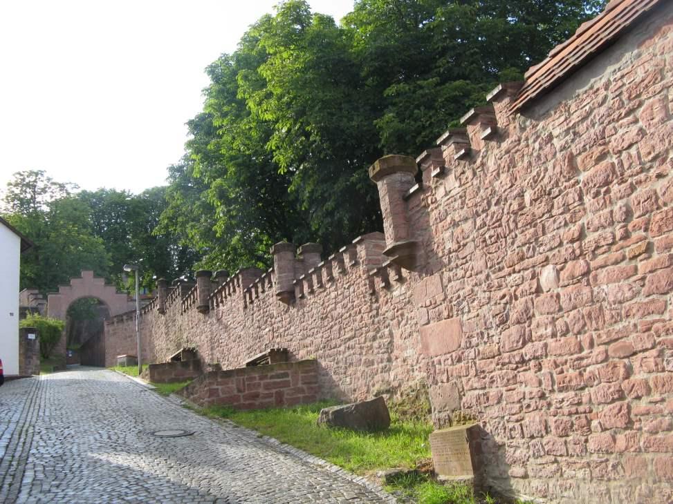 Burg Rieneck - Aufgang zur Burg - Wehrmauer