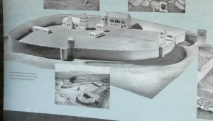 Rekonstruktion der Pfalz Werla als Schautafel auf dem Pfalzgelände als als Modell für eine ottonische Pfalz (Quelle: Wikimedia)