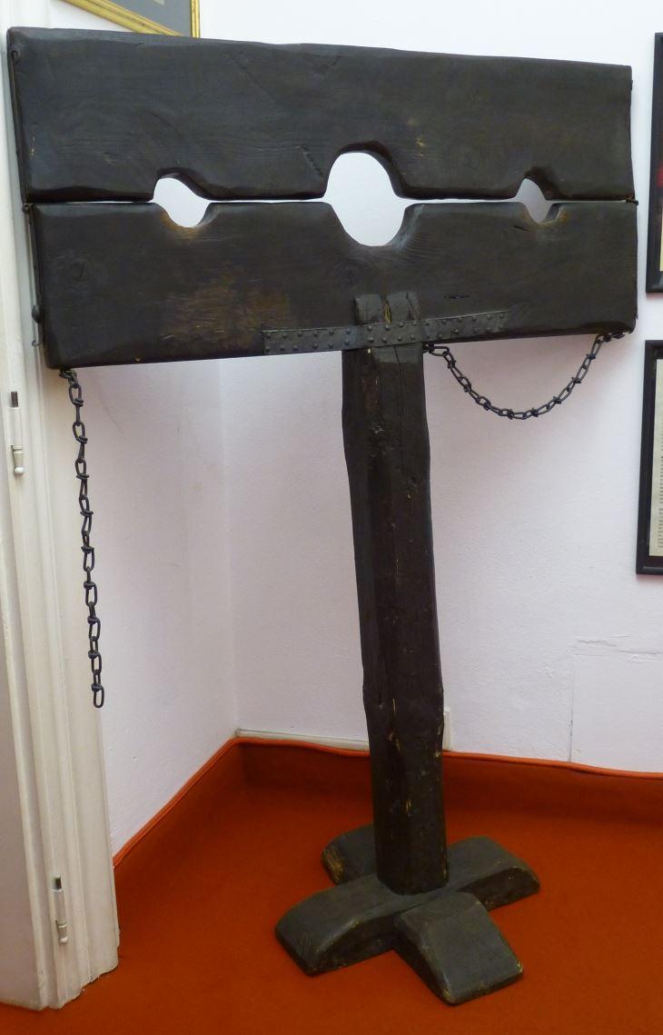 Pranger (Verurteilter steht und hat Hände und Hals umschlossen)  eigenes Foto mit freundlicher Genehmigung des Museum of medieval Torture instruments in Prag