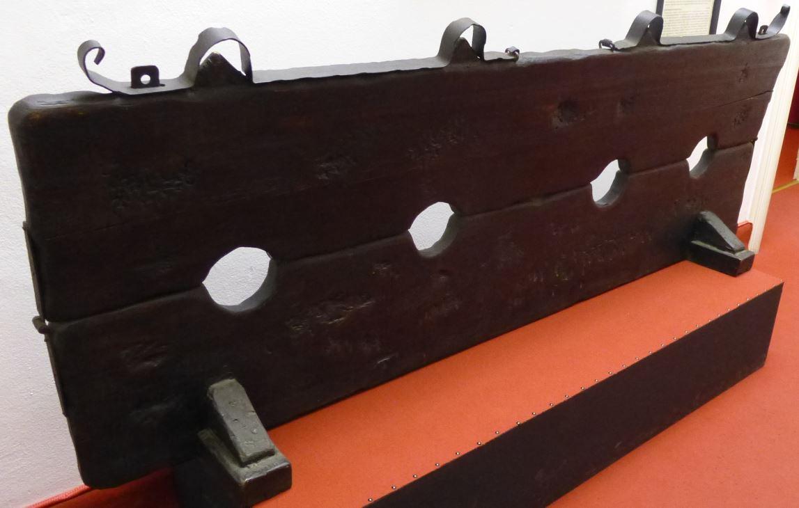 Pranger (bis zu 2 Verurteilte sitzen und haben Hände und Füsse umschlossen)  eigenes Foto mit freundlicher Genehmigung des Museum of medieval Torture instruments in Prag