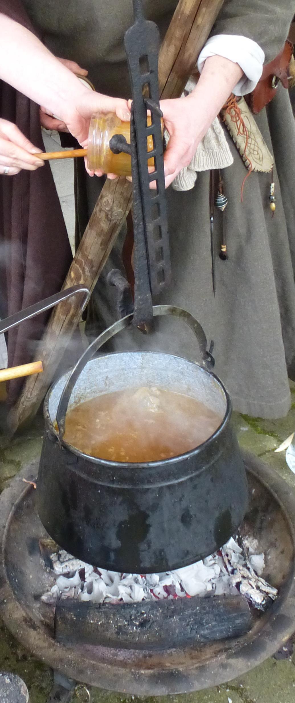 Kessel an Zahnstange über offenem Feuer  (eigenes Foto vom mittelalterlichen Kochworkshop 2014 in Solingen)