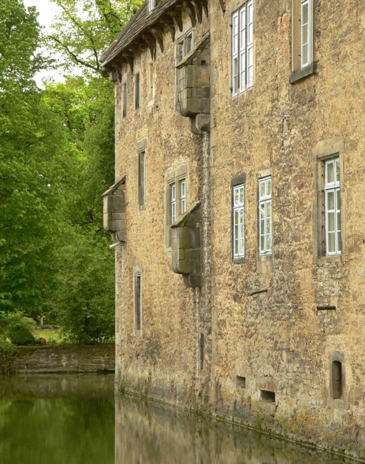 Schlossgraben mit Aborterker - Wasserschloss Hülsede