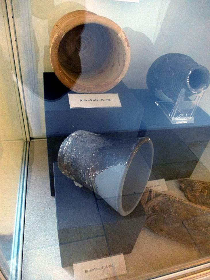 Becherkachel 14. Jahrhundert und Schüsselkachel 15. Jahrhundert Jura-Museum Eichstätt Quelle: eigene Aufnahme