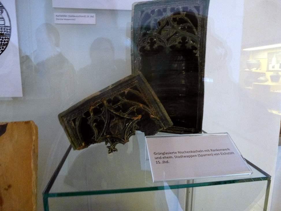 grünglasierte Nieschenkacheln 15. Jahrhundert Jura-Museum Eichstätt Quelle: eigene Aufnahme