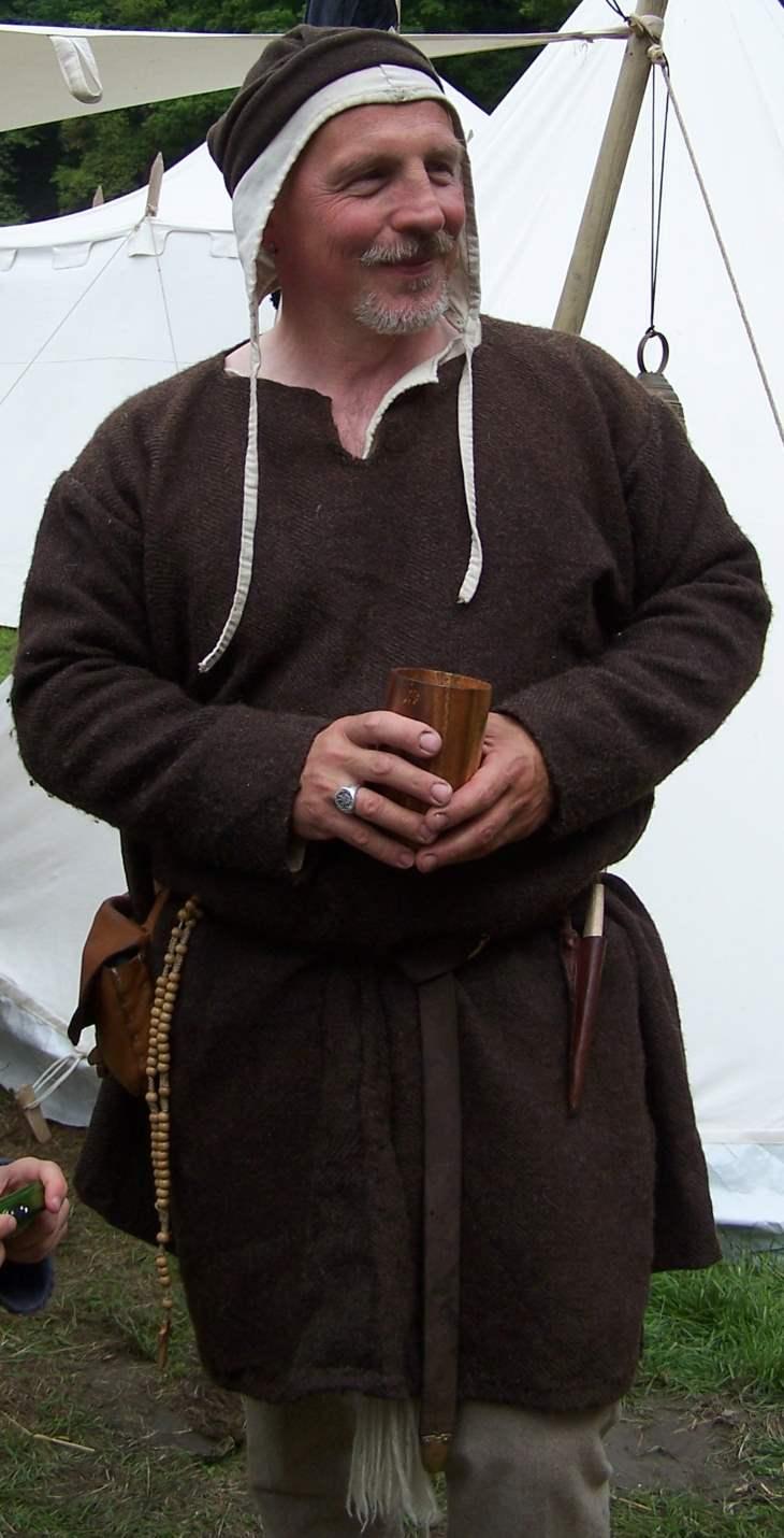 männliche Darstellung mit schlichter Cotta Bundhaube und Filzmütze