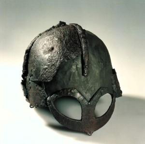 Der Gjermundbu-Helm ist eine Schutzwaffe aus dem 10. Jahrhundert. Titel: Hjelm av jern fra vikingtid fra Gjermundbu  Foto: NTNU Vitenskapsmuseet  Original-Datei: Hjelm av jern fra vikingtid fra Gjermundbu Lizenz: creativecommons.org/licenses/by/2.0/deed.de (Quelle: Wikipedia)