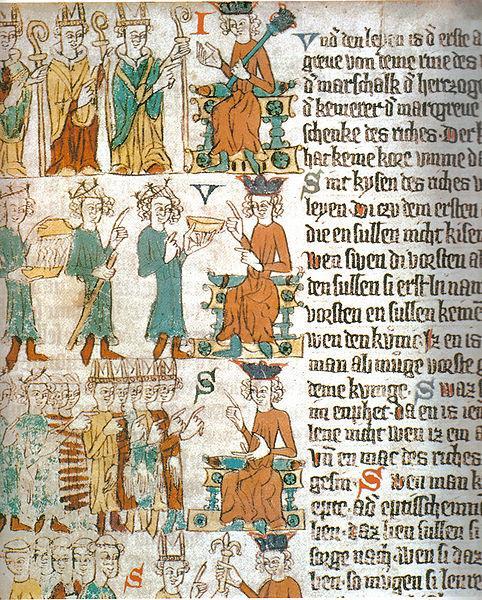 """""""Die Wahl des deutschen Königs""""  Heidelberger Sachsenspiegel, um 1300   1. die drei geistlichen Fürsten bei der Wahl, sie zeigen auf den König  2.der Pfalzgraf bei Rhein überreicht als Truchsess eine goldene Schüssel, dahinter der Herzog von Sachsen mit dem Marschallsstab und als letzter der Markgraf von Brandenburg, der als Kämmerer eine Schüssel mit warmem Wasser bringt  3. der Wahlkandidat bereits als König vor den Großen des Reiches  (Quelle: Wikipedia)"""