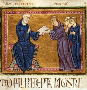 """Benedikt von Nursia überreicht die neue Klosterregel (Miniatur aus der """"Regula Benedicti"""" von Saint-Gilles; 1129; Quelle: Wikipedia)"""
